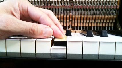 鍵盤を押し下げる深さの調整